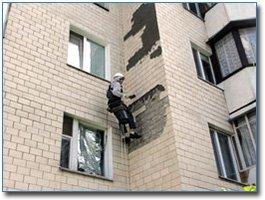 Обследование фасада, простукивание плитки