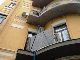 Подъём каменных плит на этаж